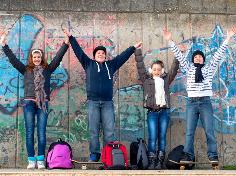Vier glückliche Schüler, denen das Lernen wieder Freude bereitet